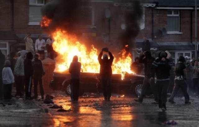 Um dia de conflitos entre manifestantes e policiais no Ulster (FCnotícias)