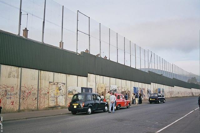 Muros de Belfast, a capital, que separam católicos e protestantes. Previsão de retirada das barreiras feita para 2023. (Gospel Atualidades)