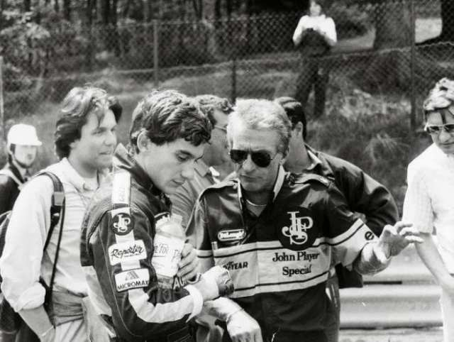 Gerard Ducarouge (de óculos) e Senna. Engenheiro francês morreu aos 73 anos (Motorsport)