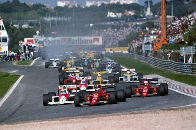 Largada dos 26 pilotos no GP de Portugal de 1989. Olhe para trás, ainda tem carro vindo (Motordrome)
