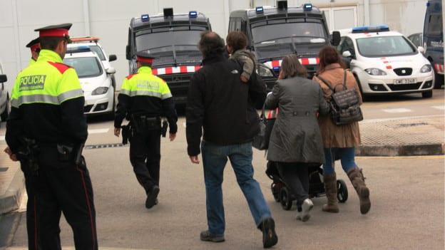 Famílias começam a chegar no aeroporto de Barcelona em busca de informações (BBC Brasil)