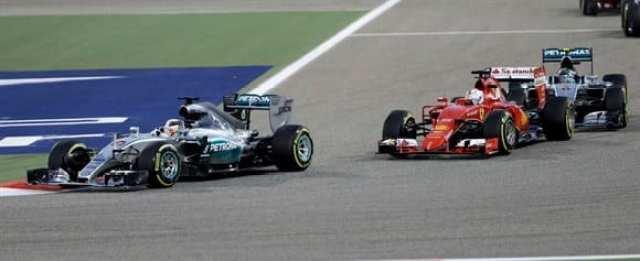 Vettel (no meio) foi quem começou fustigando as Mercedes, mas terminou em quinto (AP)