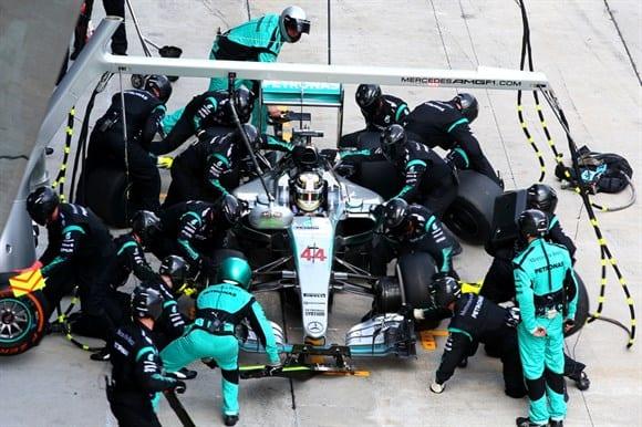 Hamilton nos pits. Traido por um jogo de pneus duros e vencido na estratégia da Ferrari (Getty Images)