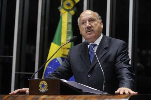 Plenário do Senado durante sessão deliberativa ordinária. Em discurso, senador Luiz Henrique (PMDB-SC).