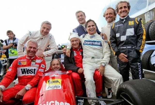 """Da esquerda para a direita: Christian Danner, Riccardo Patrese (acima), Gerhard Berger (no carro), Niki Lauda, Jean Alesi (atrás de Lauda), Nelson Piquet (sentado em Lauda), Pierluigi Martini e Alain Prosto (de macacão preto). Os """"bacanas"""" em Spielberg (Getty Images)"""