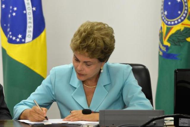 Presidente Dilma Rousseff assina Medida Provisória que cria Programa de Proteção ao Emprego, durante solenidade no Palácio do Planalto (Wilson Dias/Agência Brasil)
