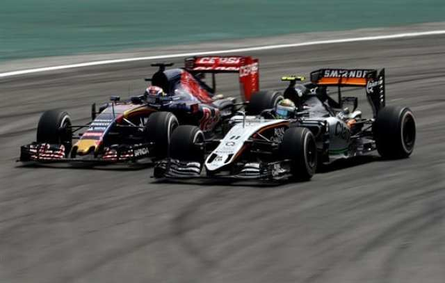 O melhor momento da prova, a ultrapassagem de Verstappen sobre Perez no S do Senna (Getty Images)