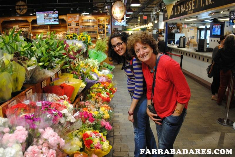Reading Terminal Market na Philadelphia - banca de flores - minha mãe e eu