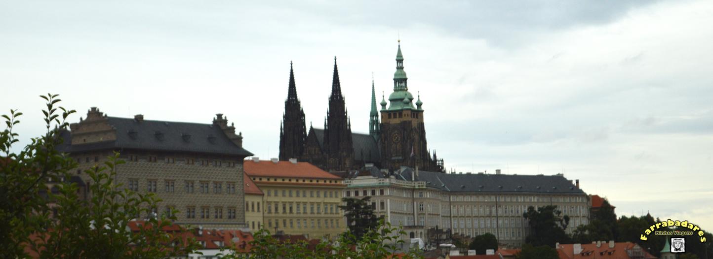 Castelo de Praga no alto da colina