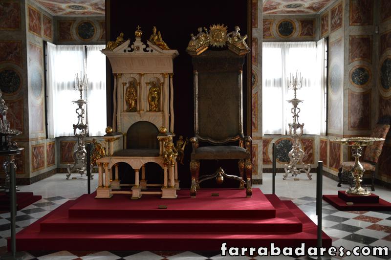 Copenhague - Castelo Rosenborg - trono do rei e da rainha e fonte de batismo a direita