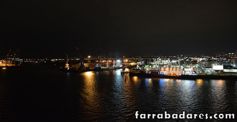 Uma foto noturna do porto de Hamburgo visto a partir da praça da Elbe Filarmônica.