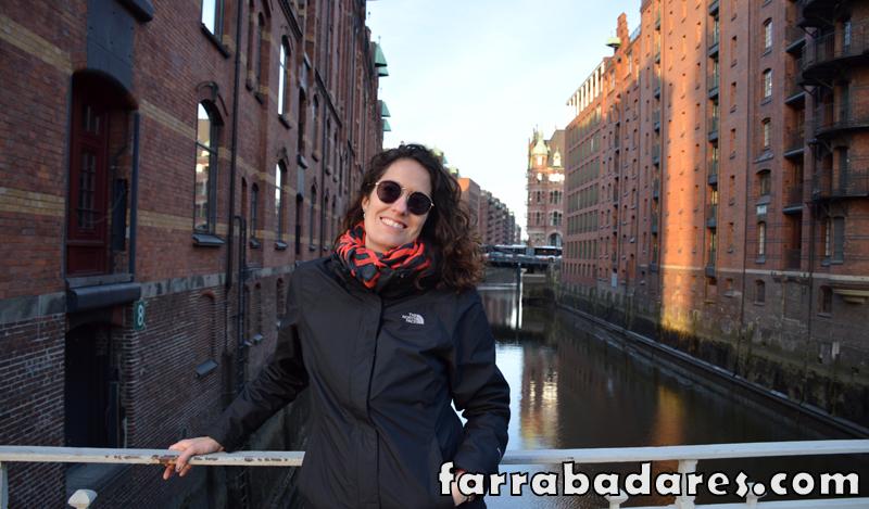Hamburgo, bairro de Speichstardt. Os galpões atrás de mim era utilizados para armazenar produtos, como café e cacau.