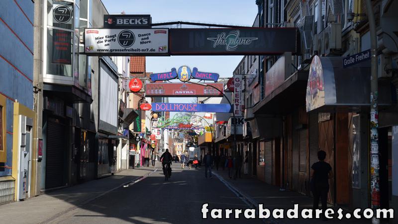 Região da Avenida Reeperbahn em Hamburgo. Essa é a famosa Rua Grosse Freihent.