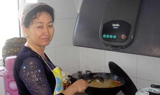 Ugyhur hostess teaches Uyghur customs