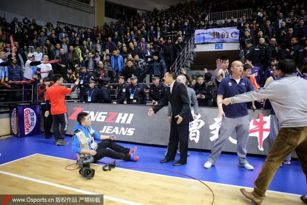 Fight between a cameraman and coach at a Xinjiang Flying Tigers basketball game