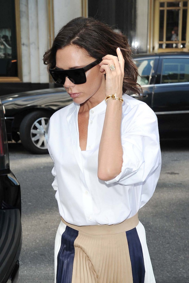 victoria-beckham-wearing-tiffanyco-1outfit_look_weissebluse_faltenrock_pleatedskirt_inspiration