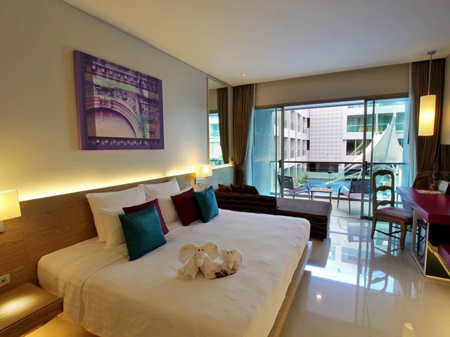 Deluxe-Pool-View-Room-(1)