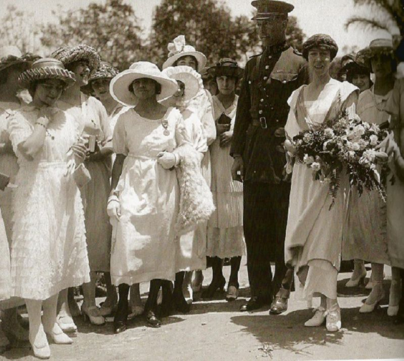 Mulher vestidas com a moda dos anos 20
