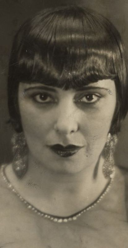 Retrato de mulher com maquiagem e franja