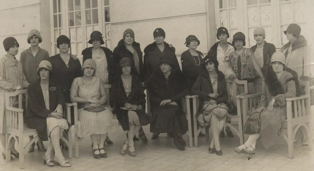 Mulheres reunidas no anos 30