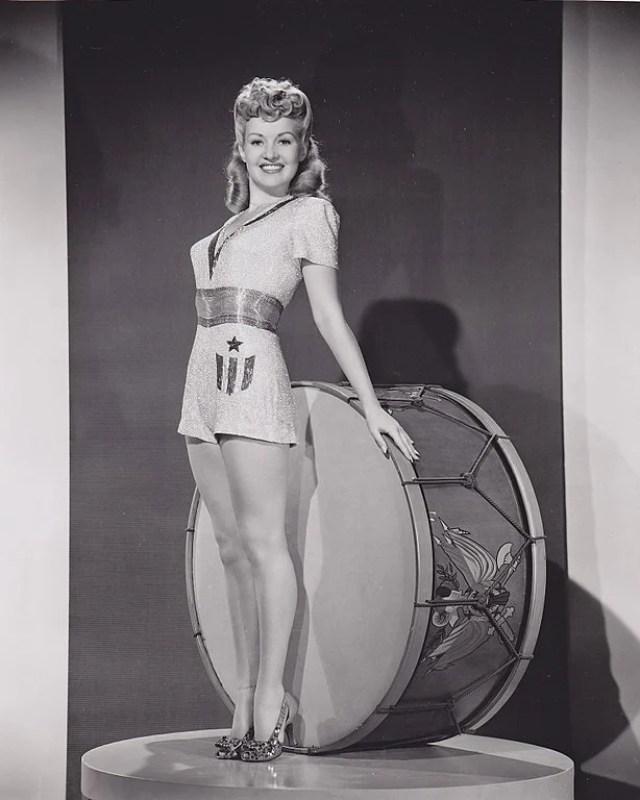 Foto de Betty Grable em estilo pin-up em 1943 para uma revista semanal do exército americano.