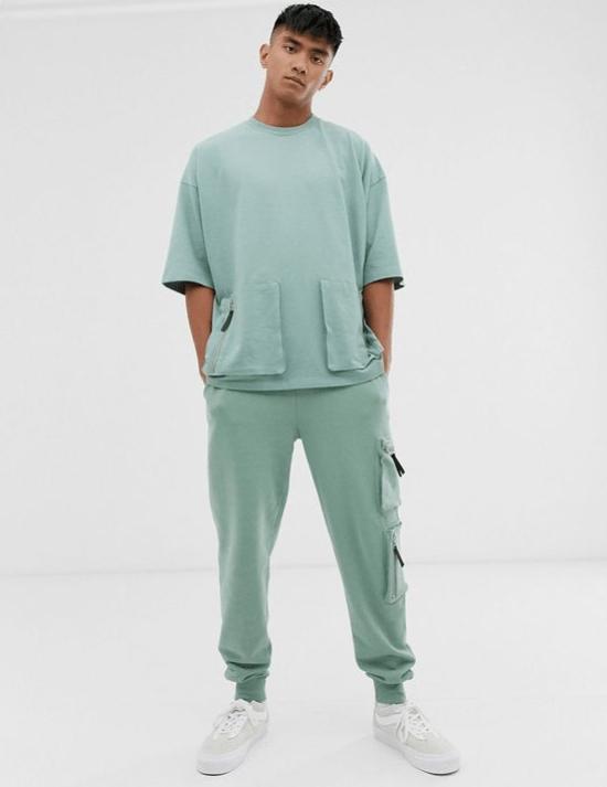 Look monocromático com bolsos laterais na barra da t-shirt