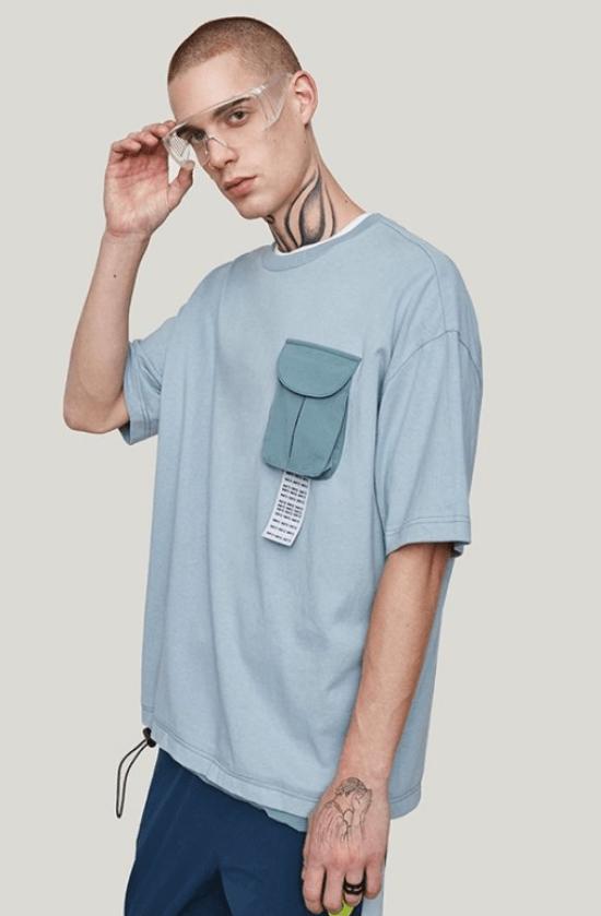 Bolso volumoso em t-shirt básica