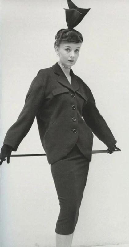 Foto de uma modelo posando com um traje da linha tonneau de Cristóbal Balenciaga, em 1950