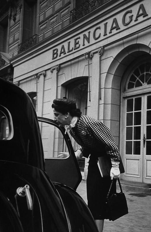 Editora da Vogue Bettina Ballard diante da Maison Balenciaga.