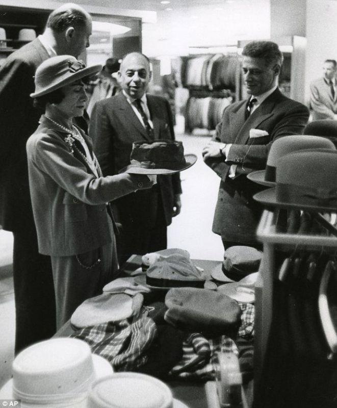 Coco Chanel a escolher um chapéu em uma visita a Dallas em 1957.