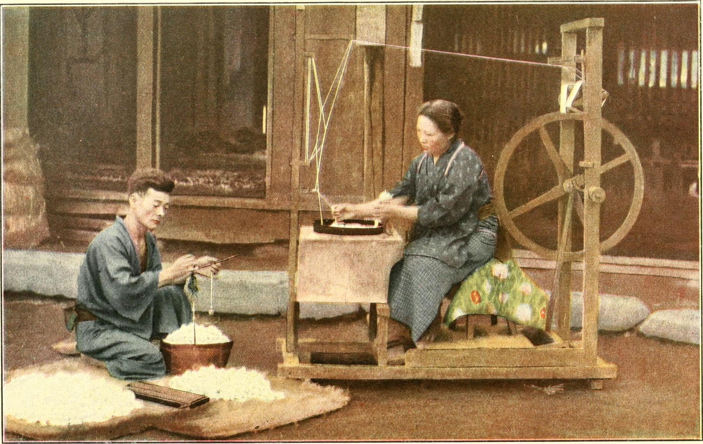 Homem e mulher trabalhando a seda.