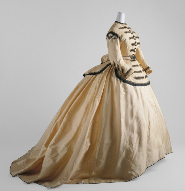Vestido de seda na cor madre-pérola, 1860–65.