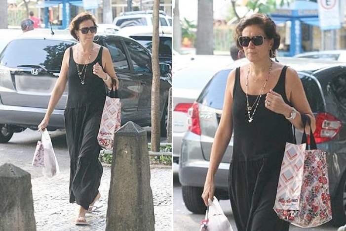Lilia Cabral no dia-a-dia de vestido soltinho preto