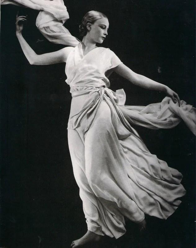 Modelo com um vestido de Madeleine Vionnet.