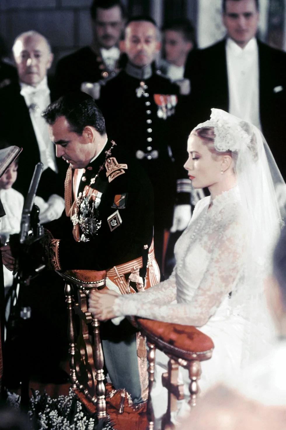 Grace Kelly no seu casamento em 1953, com um vestido de noiva branco.