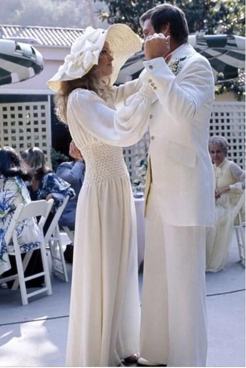 Farrah Fawcett em estilo hippie e chapéu no seu casamento com Lee Majors, em 1973.