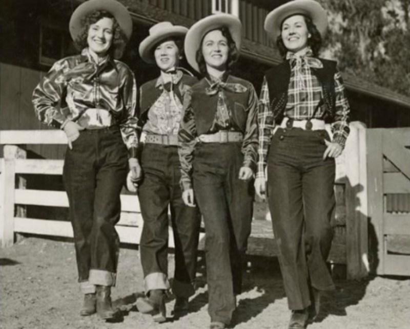Mulheres vestindo calças Jeans. Modelos e Lavagens de Jeans.