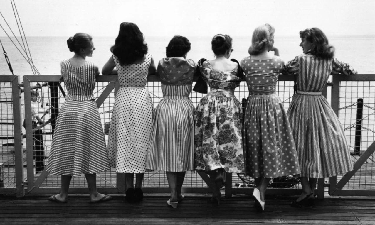 Mulheres com a moda dos aos 50.