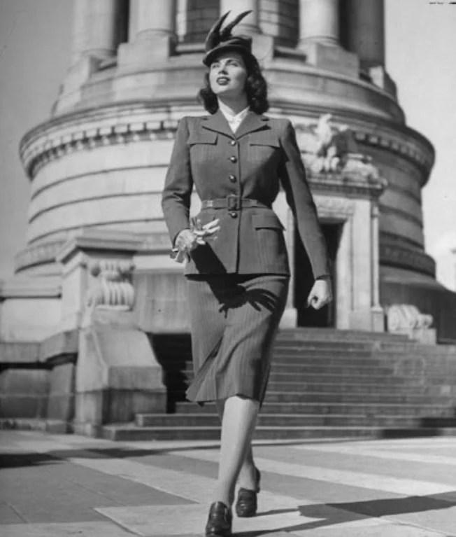 Mulher com um tailleur em estilo militar, com a moda dos anos 40. A Moda e Cidadania nos anos 40 e 50.