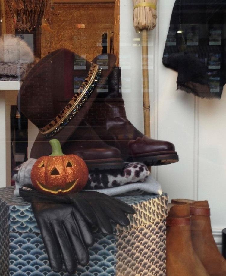 Loja de sapato com decoração simples de Dia das Bruxas