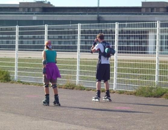 Tempelhof - pessoas patinando nas antigas pistas do aeroporto