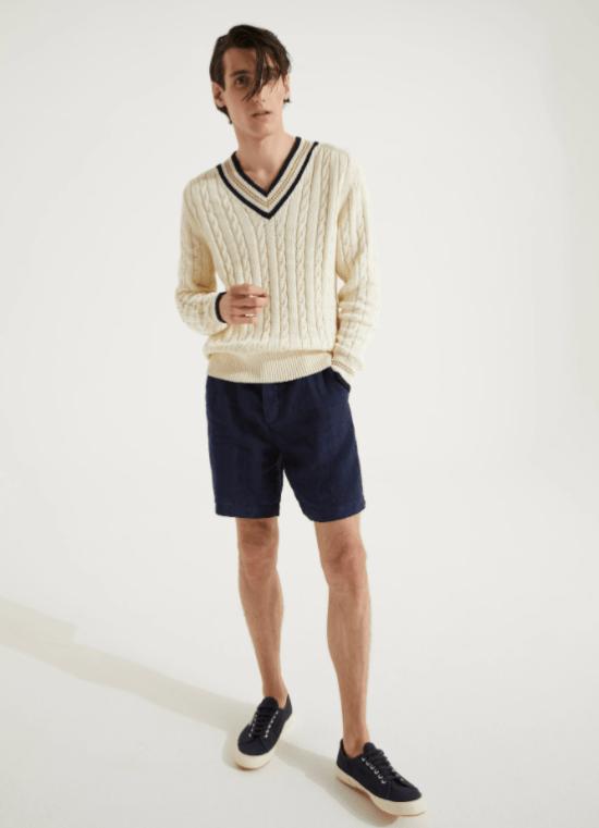 Look tricô gola v e bermuda contrastante para silhueta masculina trapézio