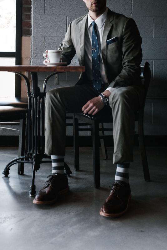 Homem em terno de alfaiataria.