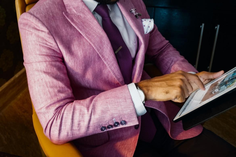 Modelo com terno de alfaiataria moderno.