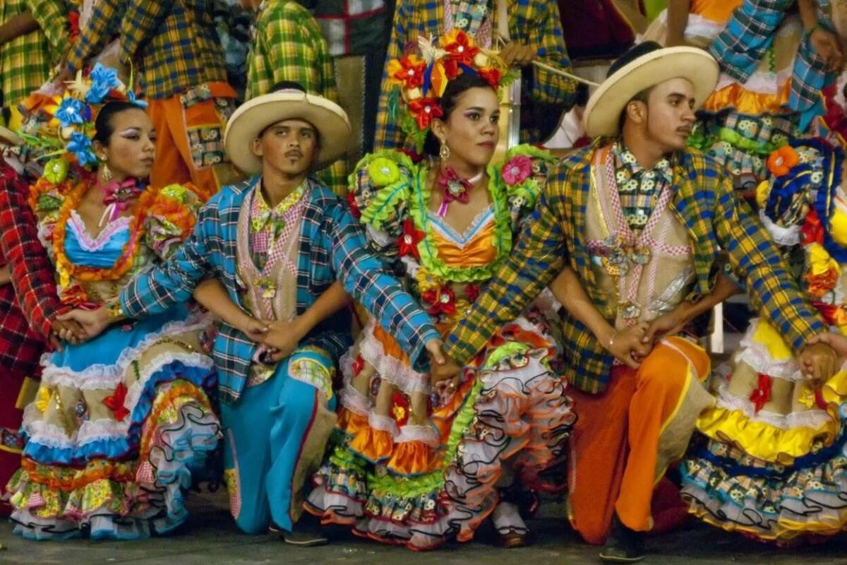 Trajes de festa junina em quadrilha de são joão colorida