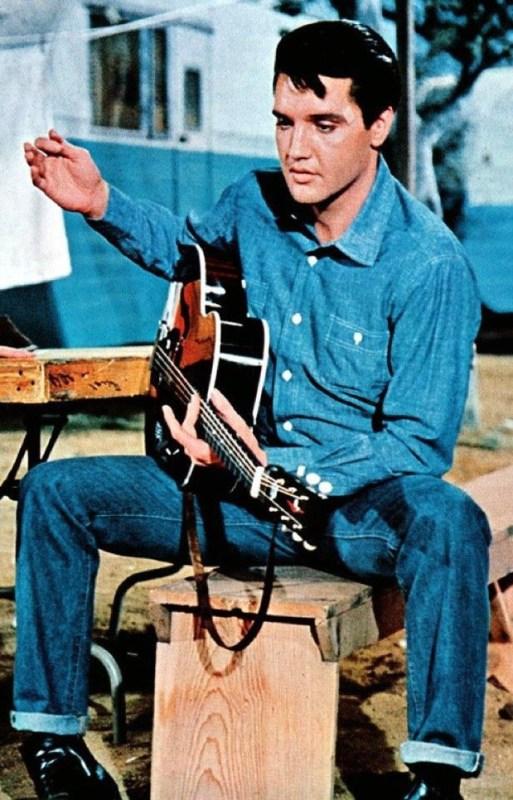 Elvis Presley vestido em Jeans.