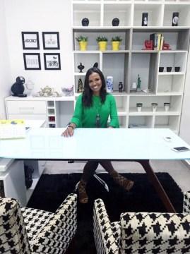 Carol em seu escritório na Galeria Adoro