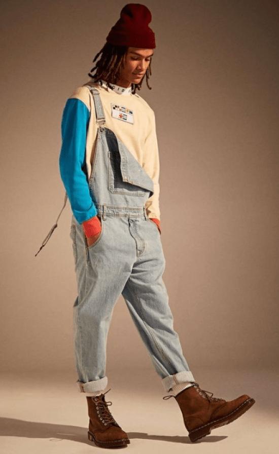 Jardineira jeans e moletom