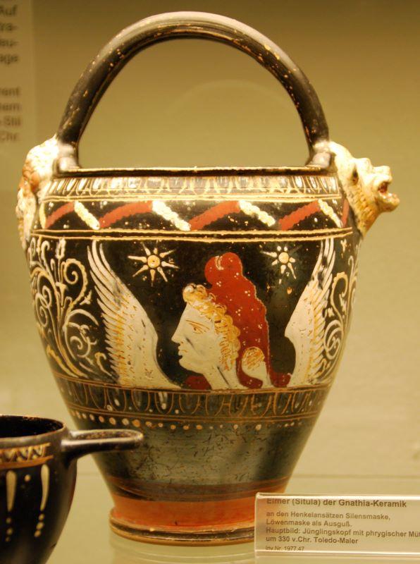 Vaso de cerâmica com um homem alado com chapéu frígio