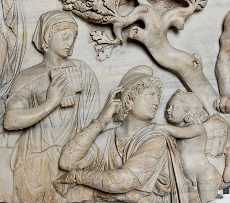 Representação em mármore de Paris e Eros vestindo um chapéu